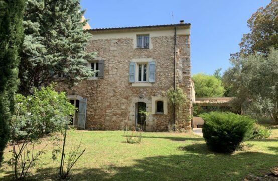 Maison en pierre de 238 m² avec jardin